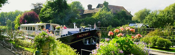 Actief at a Lock on the river Thames, England